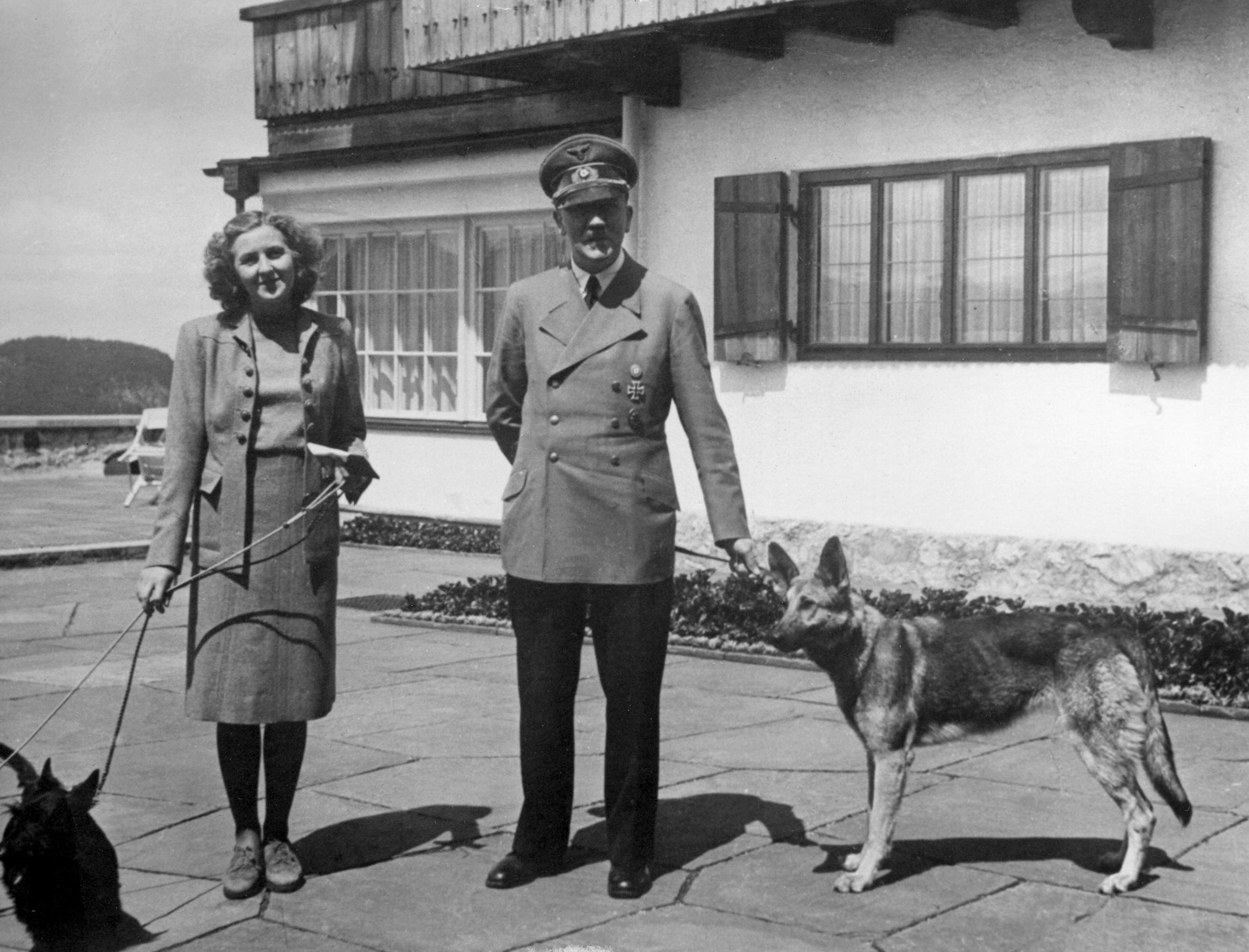 Eva Braun och Adolf Hitler med sina två hundar. Foto: SVT Bild.