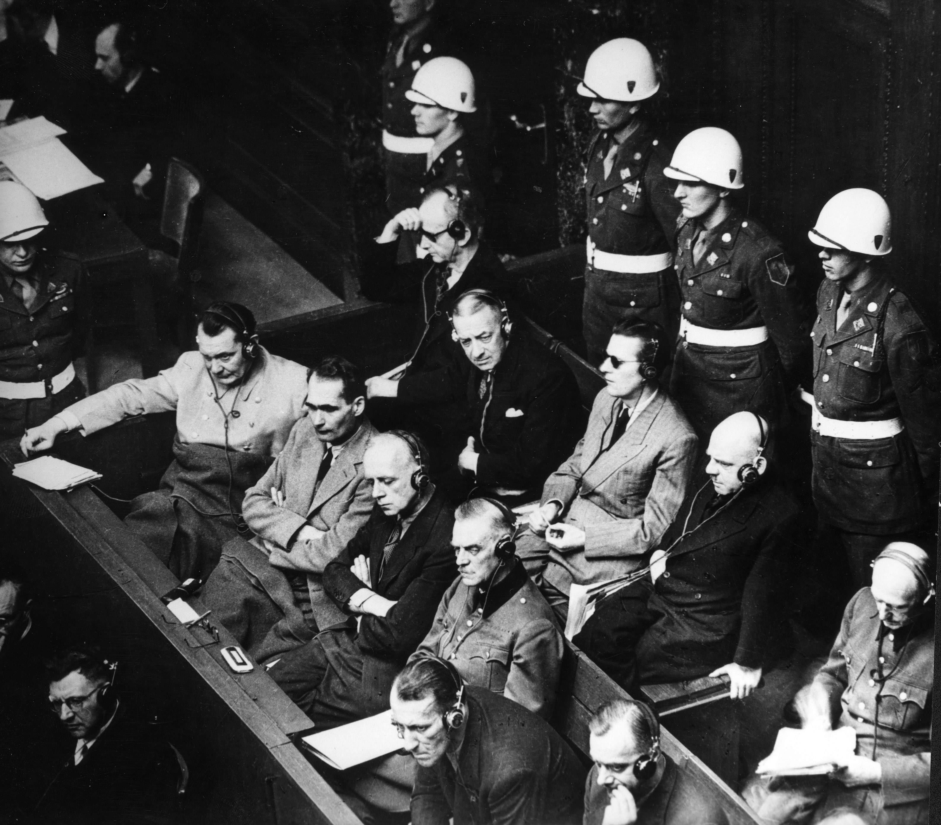 Främre raden: Herman Göring, Rudolf Hess, Joachim von Ribbentrop, Wilhelm Keitel. Bakre: Karl Dönitz, Erich Raeder, Baldur von Schirach, Fritz Sauckel och Alfred Jodl. Foto: SVT Bild.