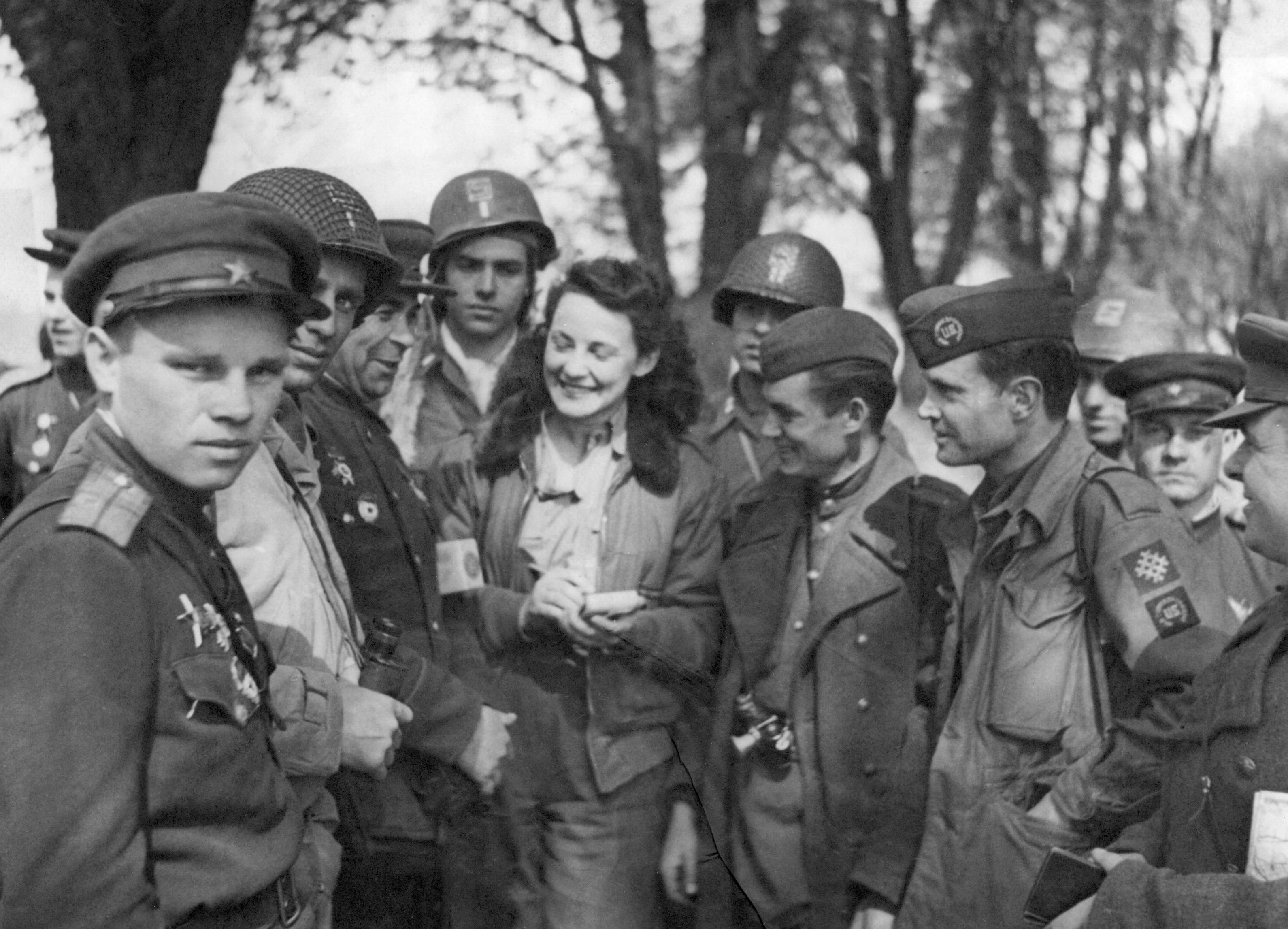 Korrespondent Ann Stringer bland styrkor i amerikanska och sovjetiska uniformer. Foto: SVT Bild.