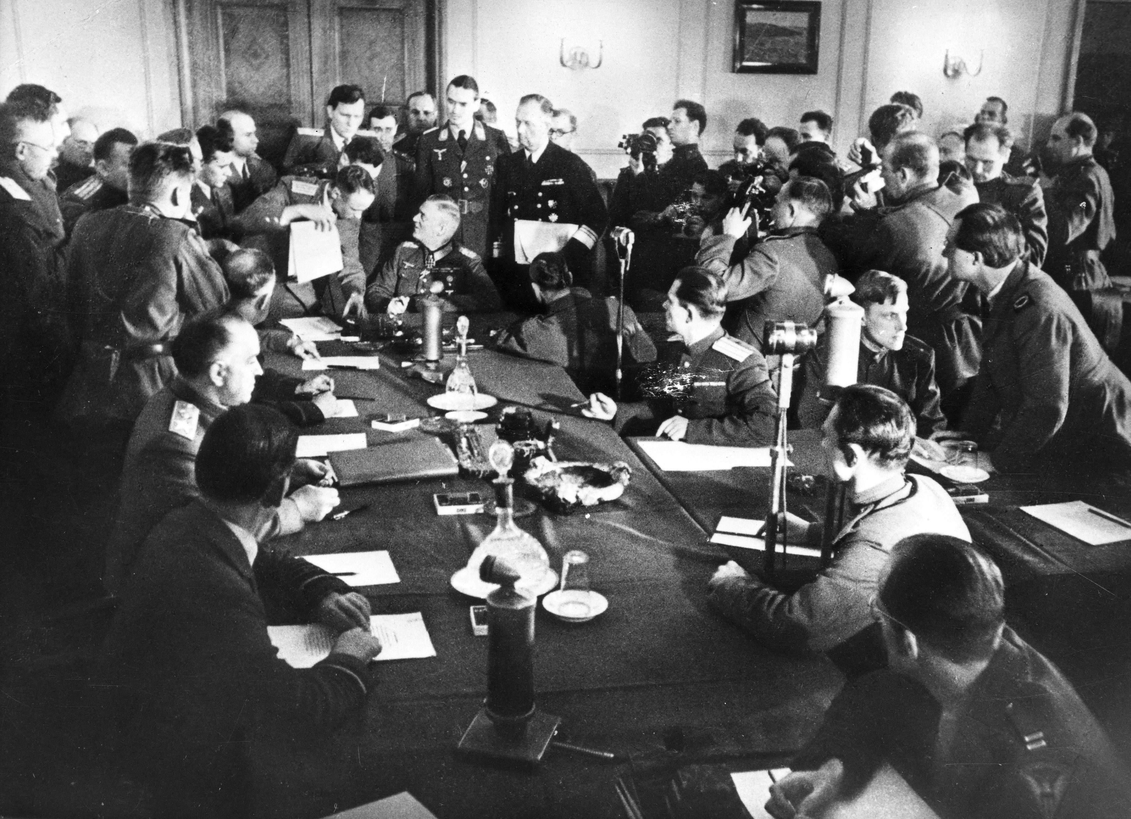 Män samlade kring ett stort bord. Foto: SVT Bild.