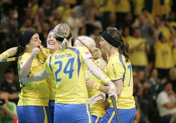 Sverige firar ett av målen i VM-finalen mot Finland. 19 maj 2007. Foto: AP Photo/POLFOTO, Mick Anderson