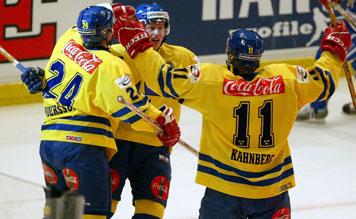 Arkiv: Söndagen den 9 feb 2004 spelade Tre Kronor mot Finland i Globen. Bilden: Nr 76 i Sverige, Johan Davidsson (mitten) jublar efter att ha gjort 2-0 mot Finland. Nr 24 är Niklas Andersson och nr 11 är Magnus Kahnberg. Foto Ola Torkelsson/PRB