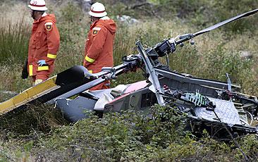 Räddningspersonal går omkring bland vrakdelarna efter kraschen. Foto: Hans Runesson/Scanpix