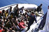 En båt med invandrare anländer till ön Lampedusa i juni 2008. Arkivfoto: Scanpix.
