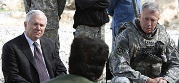 USA:s försvarsminister Robert Gates och dåvarande befälhavaren i Afghanistan David McKiernan. Foto: Jason Reed/Scanpix.