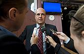 Statsminister Fredrik Reinfeldt vid onsdagens besök i sin gamla gymnasieskola Åva Gymnasium i Täby. Foto: Bertil Ericson/Scanpix.
