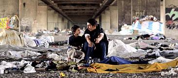 Två romska pojkar under en bro. Foto: Marko Drobnjakovic/Scanpix.