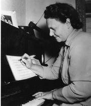 Lydia Lithell vid sitt piano. Bild: www.sanger.nu.