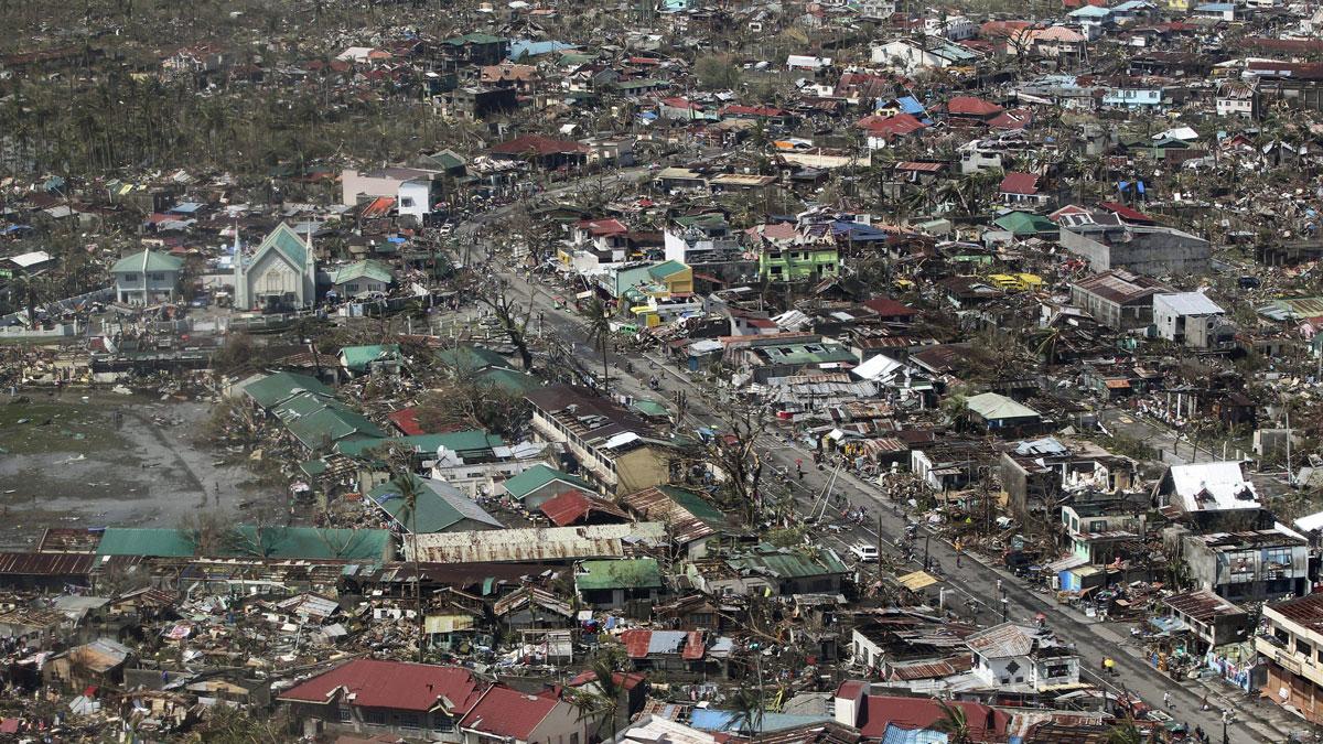 Tyfonen Haiyan har orsakat stor förödelse i staden Tacloban i centrala Filippinerna. Foto: Ryan Lim/AP/TT.