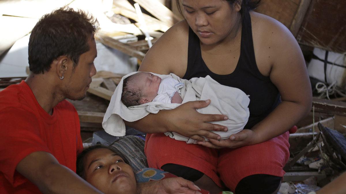 Lilla Bea Joy föddes på flygplatsen i Tacloban mitt under tyfonens framfart. Foto: TT.