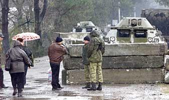 Beväpnade män vaktar gränsen mellan Georgien och den autonoma regionen Adzjarien.
