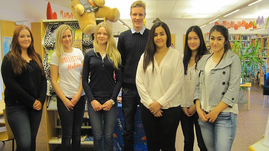 Några av Björnekullaskolans åttondeklassare i sitt skolbibliotek. Foto: Gunilla Nordström/Sveriges Radio