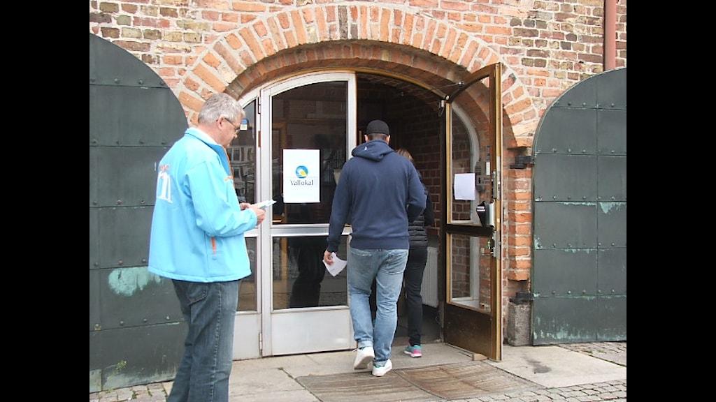 Folk gick och röstade vid vallokalen på Regionmuseet i Kristianstad. Foto: Patrik Hekkala/Sveriges Radio
