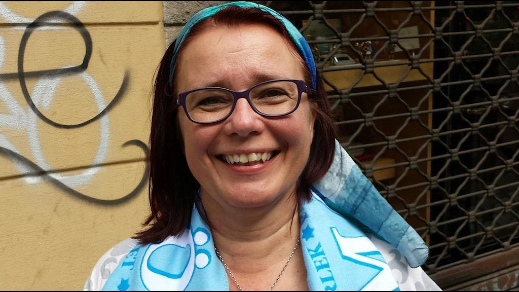 Helena Mattsson från Fjälkinge följer sitt himmelsblåa lag i vått och torrt - ända till Turin. Foto: Privat