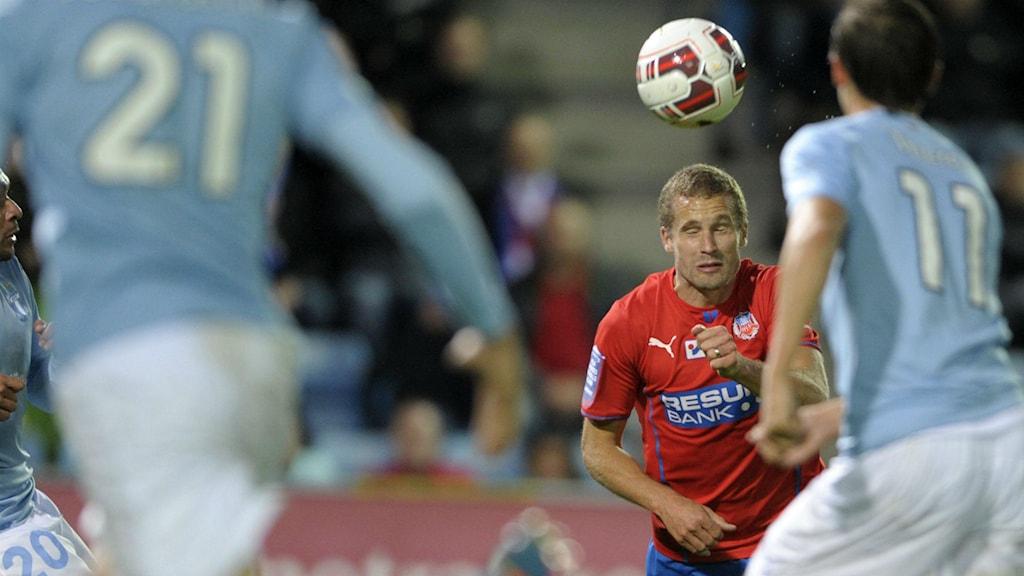 Christoffer Andersson mot två MFF:are i vårens match på Olympia