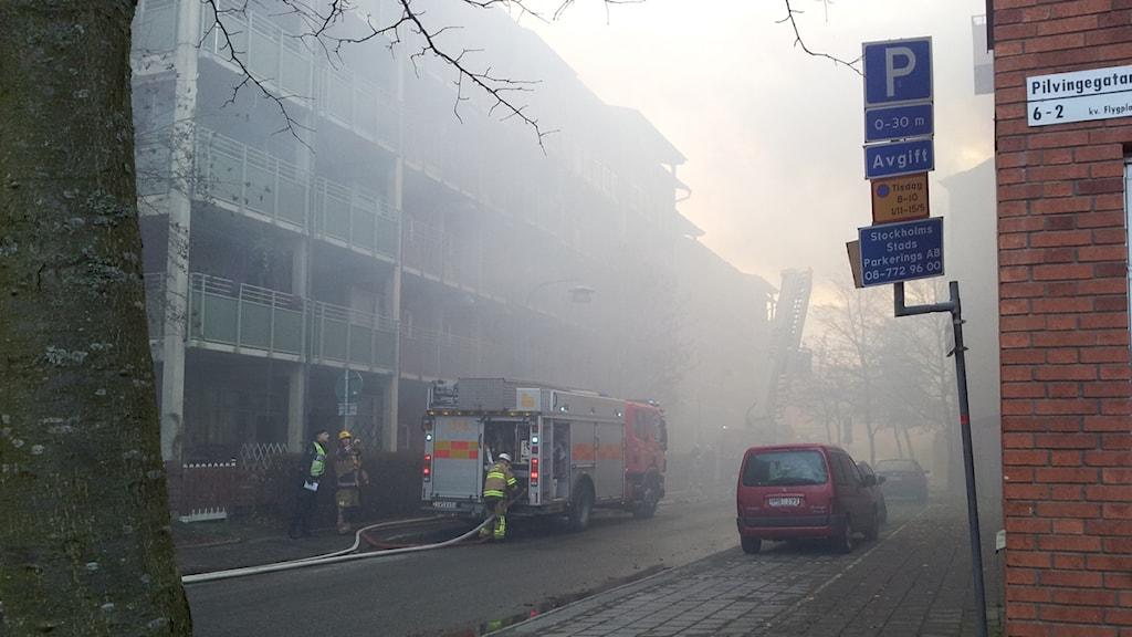 På Torsdagsmorgonen började det brinna i ett flerfamiljhus i Skarpnäck. Foto: Lasse Persson/SR