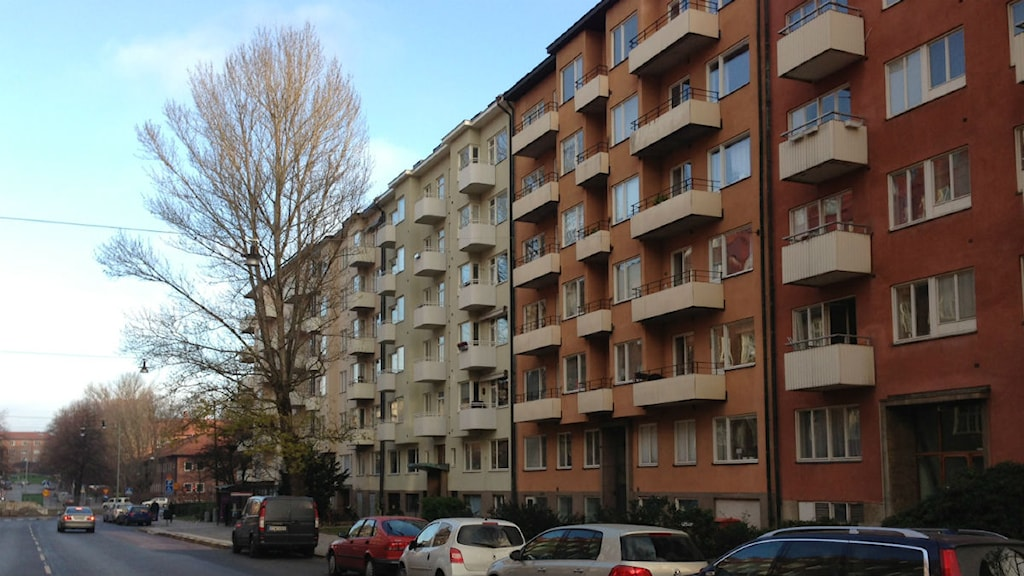 Banérgatan 54 är en av fastigheterna som ska tas upp i Hyresnämnden angående höjning av hyrorna med i genomsnitt 10 procent. Foto: Mimi Billing/SR.