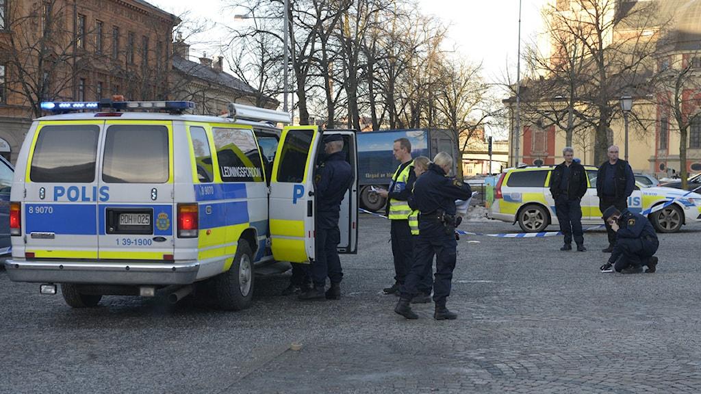 Flera rånare slog på fredagen till mot ett köpcentrum i Södertälje. En person ska ha skjutits i samband med rånet. Foto: Janerik Henriksson SCANPIX.