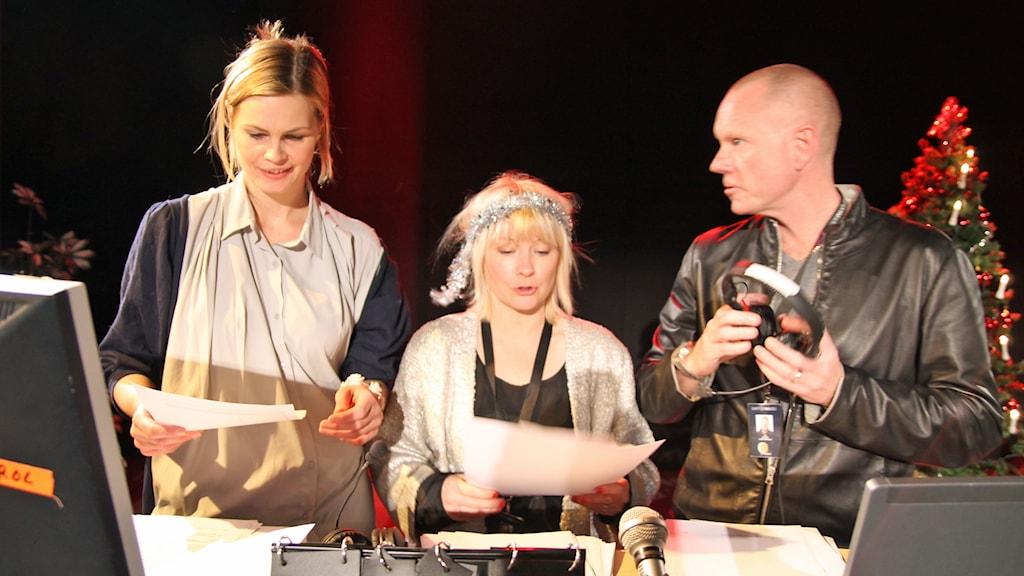 Jenny Goldkuhl, Josefine Sundstrom och Peder Gustafsson programleder finalen. Foto: Helen Ling /SR.