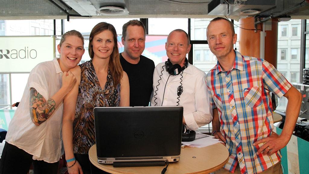 Finalisterna tillsammans med Jenny Goldkuhl, Peder Gustafsson och domare Björn Lindberg. Foto: Julia Brynolfsson/SR