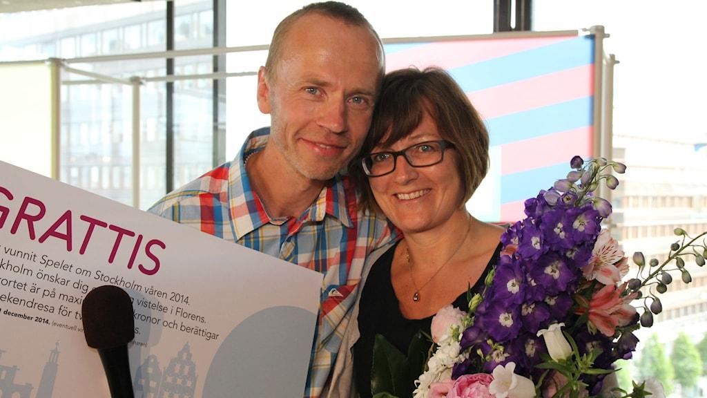 Vinnaren Janne Andersson tillsammans med sin fru Lisa. Foto: Julia Brynolfsson/SR