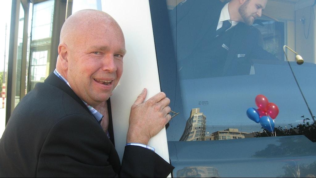 Lasse Kronér kramar spårvagnen som nu ska få hans namn. Foto: Peter Stenberg/SR