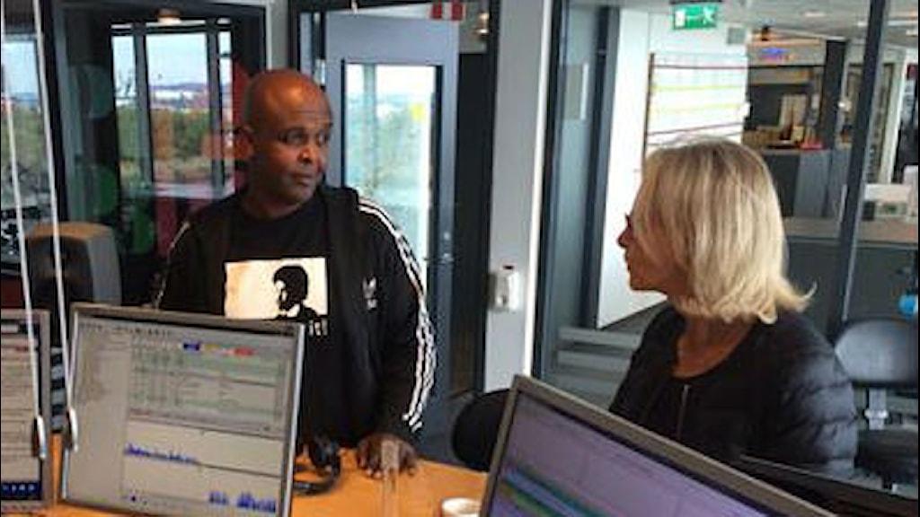 Dawit Isaaks bror Esayas Isaak och SVT Göteborgs chef Ylva M Andersson i studion. Foto: Susanne Ehlin