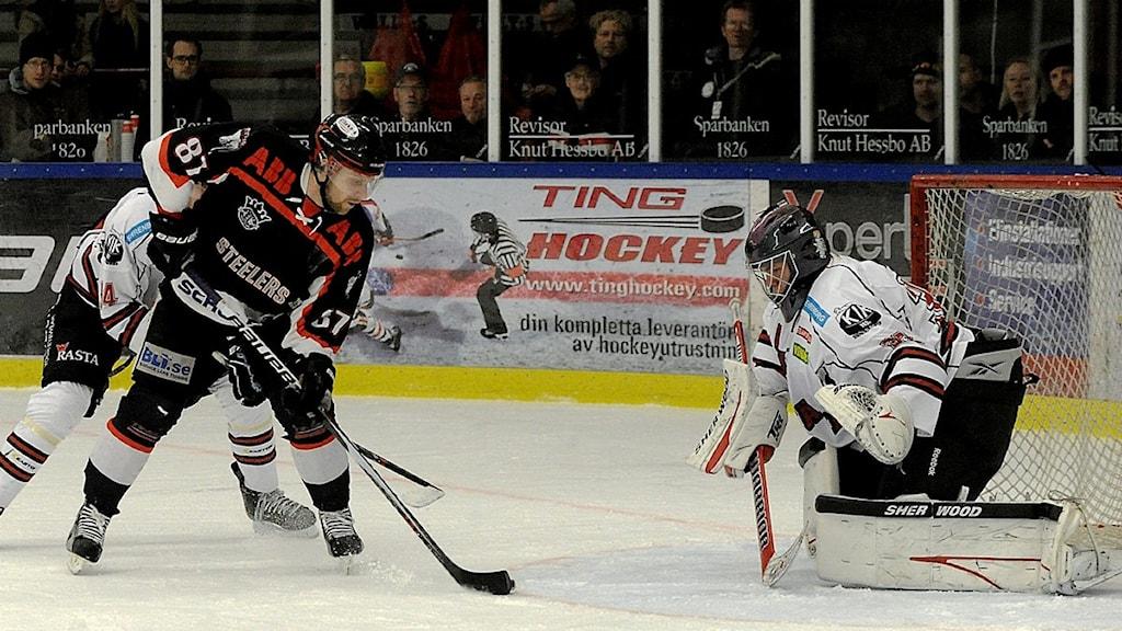 OIK-spelare nära att göra mål. Foto: Ronny Gunnarsson