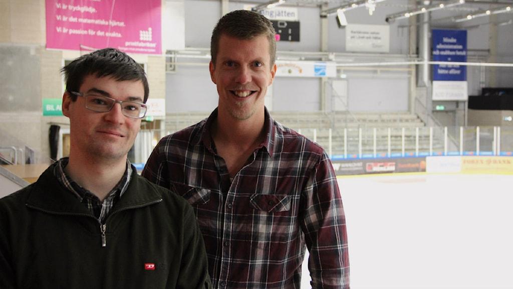 Studenterna Markus Höglund och Mikael Ljungqvist Lavhammar framför den bortasektion som man studerat säkerheten kring. Foto: Mikael Eriksson/Sveriges Radio.