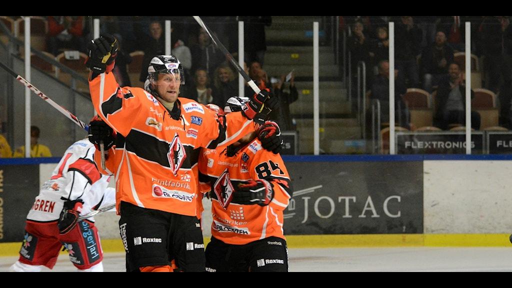 Niklas Lihagen firar ett mål mot Almtuna