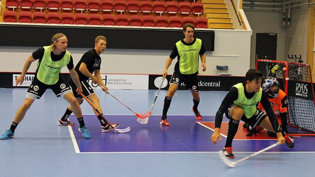 Spelare i Växjö Vipers tränar i Fortnox Arena. Foto: Anna Tigerström/Sveriges Radio