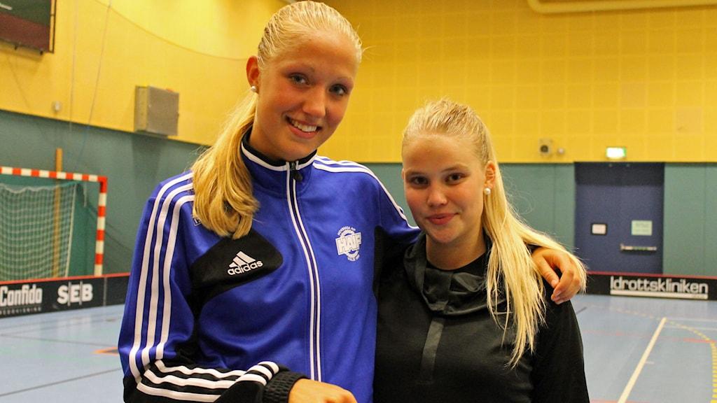 Elina Hamnå och Andrea Axelsson i Hovshaga AIF. Foto: Anna Tigerström/Sveriges Radio