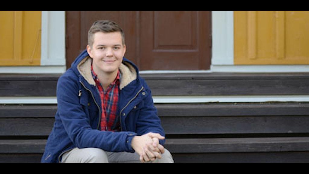 Jesper Eneroth sitter på en trappa