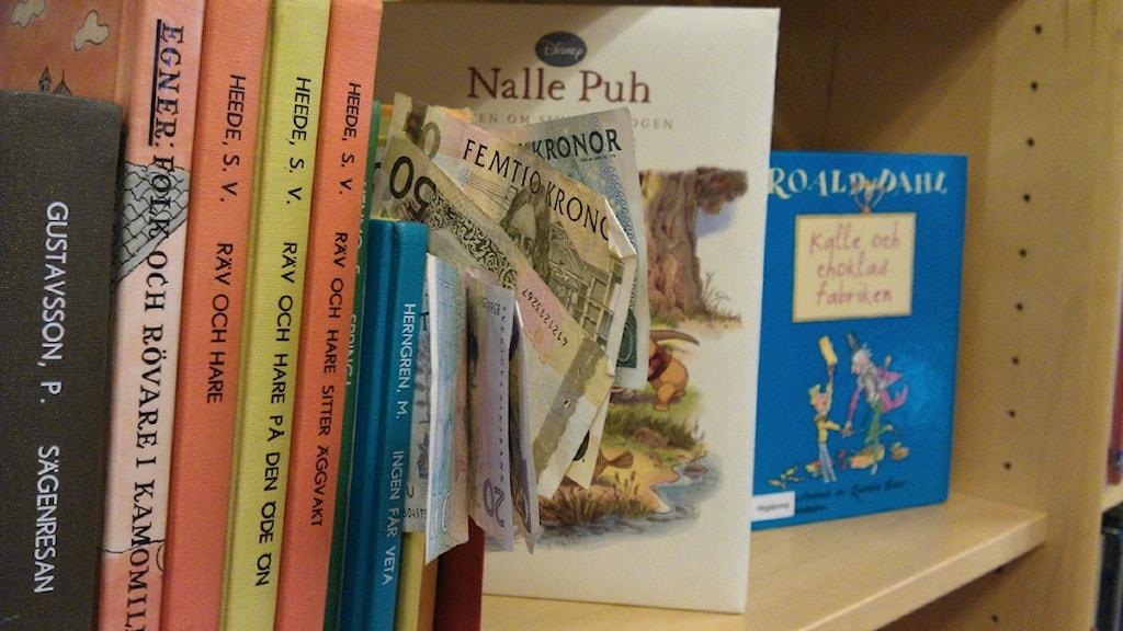 Böcker och i skolbibliotek och pengar