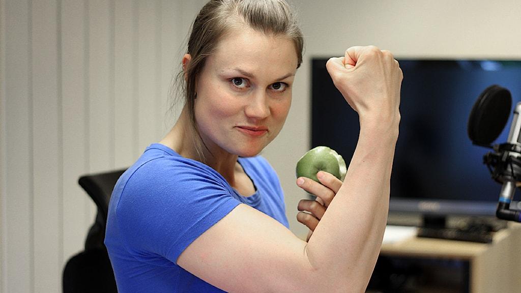 Heidi Andersson spänner musklerna Foto: Jonna Spiik/Sveriges Radio