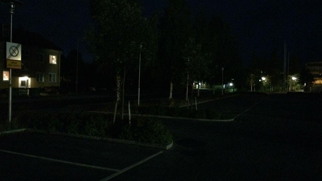 Rothoffsvägen i Umeå är mörk i augusti när gatubelysning inte fungerar. Foto: Åsa Sundman/SR.