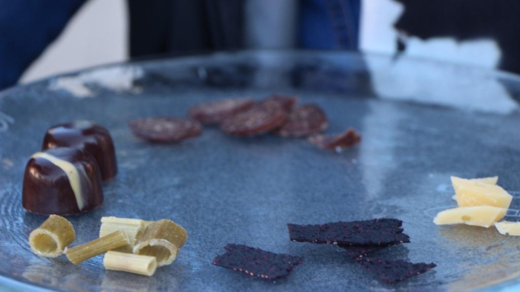 Renkorv, ost från fjällkor, blåbärssnacks, kvannesnacks och choklad. Foto: Helena Ramfjord/Sveriges Radio