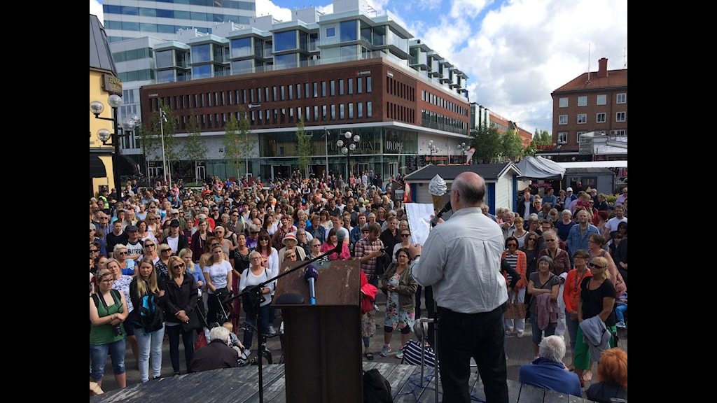 People in Umeå gathered as the notorious attacker was released. Photo: Åsa Sundman/SR