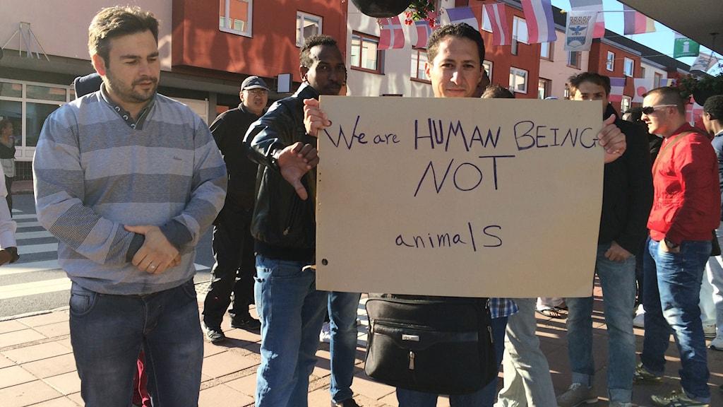 Demonstration mot förhållandena på flyktingboendet  i Frånö i Kramfors. Foto: Ulla Öhman/SR