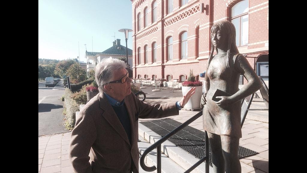 "Sven Bertil Taube vid Astrid Taubes statyn ""Flicka i kort kort"""