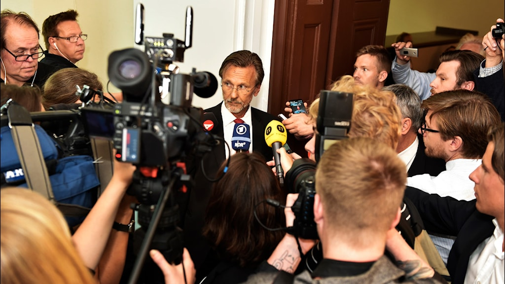 ulian Assanges svenske advokat Tomas Olsson uttalar sig innan Stockholms tingsrätt prövar häktningsbeslutet. Foto: Roger Vikström/TT.