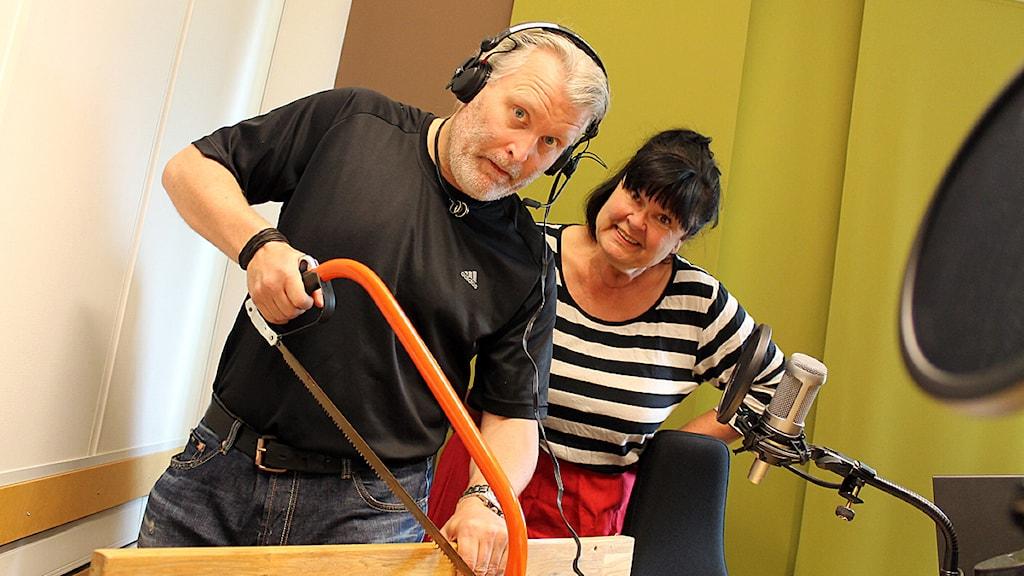 Roger Bengtsson och Lisa Syrén i nationaldagsprogrammet Flaggan i topp. Foto: Karin Hellzén/Sveriges Radio.