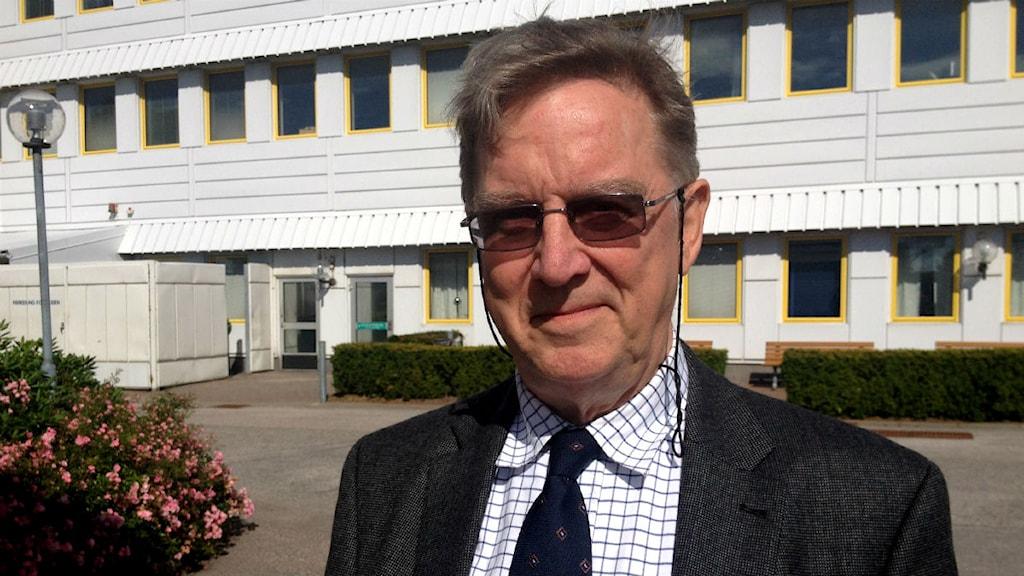 Nevs styrelseordförande Karl-Erling Trogen på plats vid Saab-fabriken. Foto: Victor Jensen/P4 Väst.