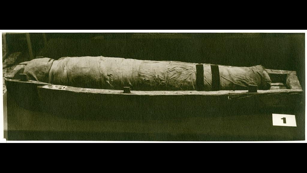 Prinsessan Utest-Minn innan man lindade upp mumien 1948. Foto: Vänersborg museum