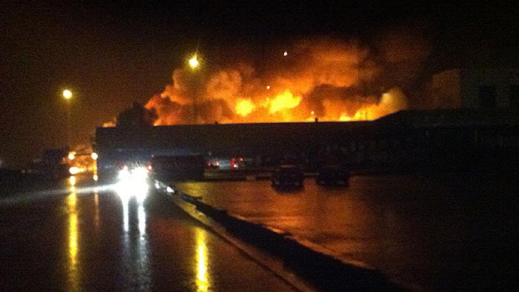 Brand i Hanson & Möhrings saltlager längst ut i hamnen i Halmstad. Foto: Tomas Gustafsson/Sveriges Radio.