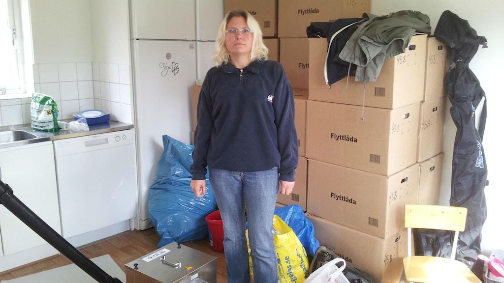 Linda Moritz i sin vattenskadade lägenhet. Foto Marie Sjöberg / Sveriges radio