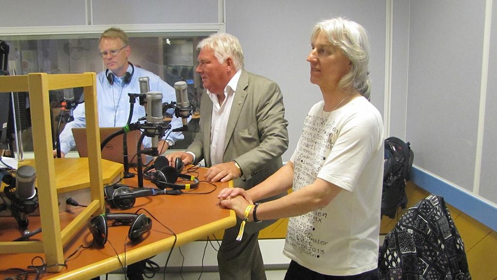 Halmstadpolitikerna Anders Rosén (S) och Tove Bergman (MP) i P4 Hallands studio. Foto: Sveriges Radio