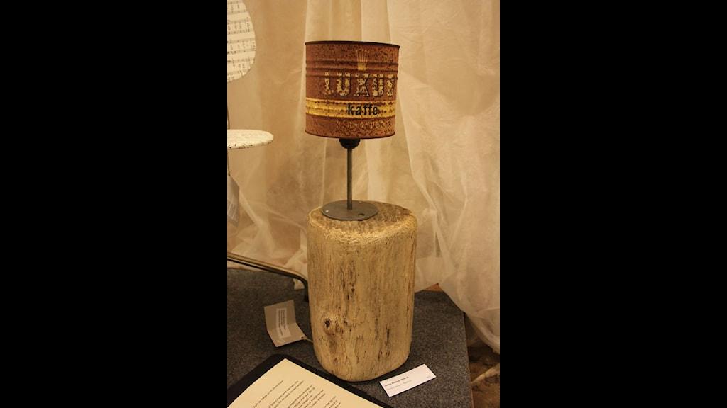 Ulrika Steijner Olsson har skapat den här lampan av en kaffeburk hon hittade i skogen och drivved. Foto: Ulrika Steijner Olsson