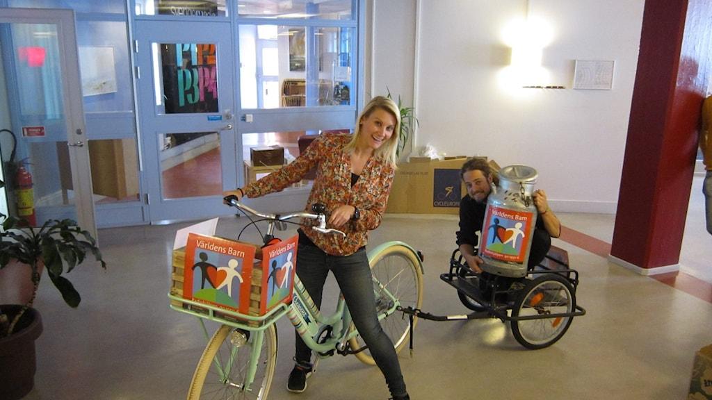 Anna & Per testar cykeln inför P4 Hallands Världens barn-turné. Foto: Sveriges Radio