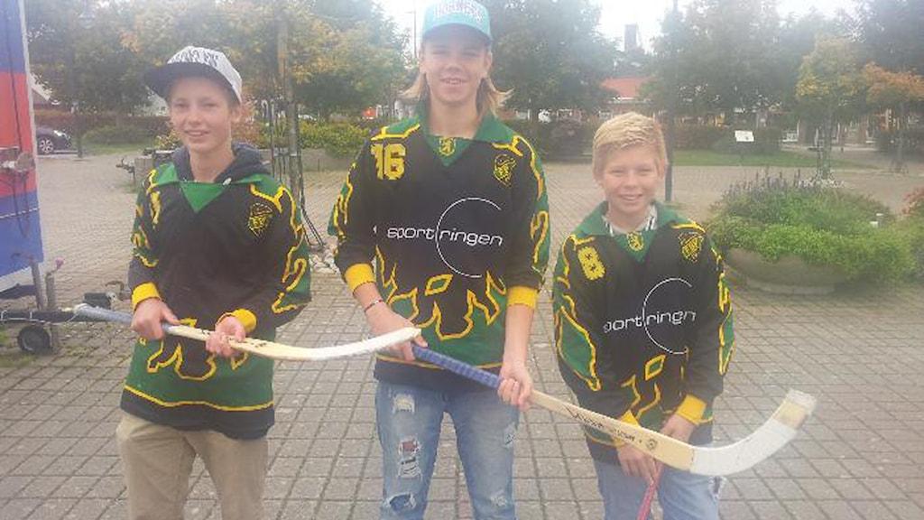 Arvid Vikingsson, Isak Pettersson och Albin Vikingsson från Frillesås bandy kom till torget i Frillesås och visade fina bandykunskaper som gav 1000 kronor till Världens barn.